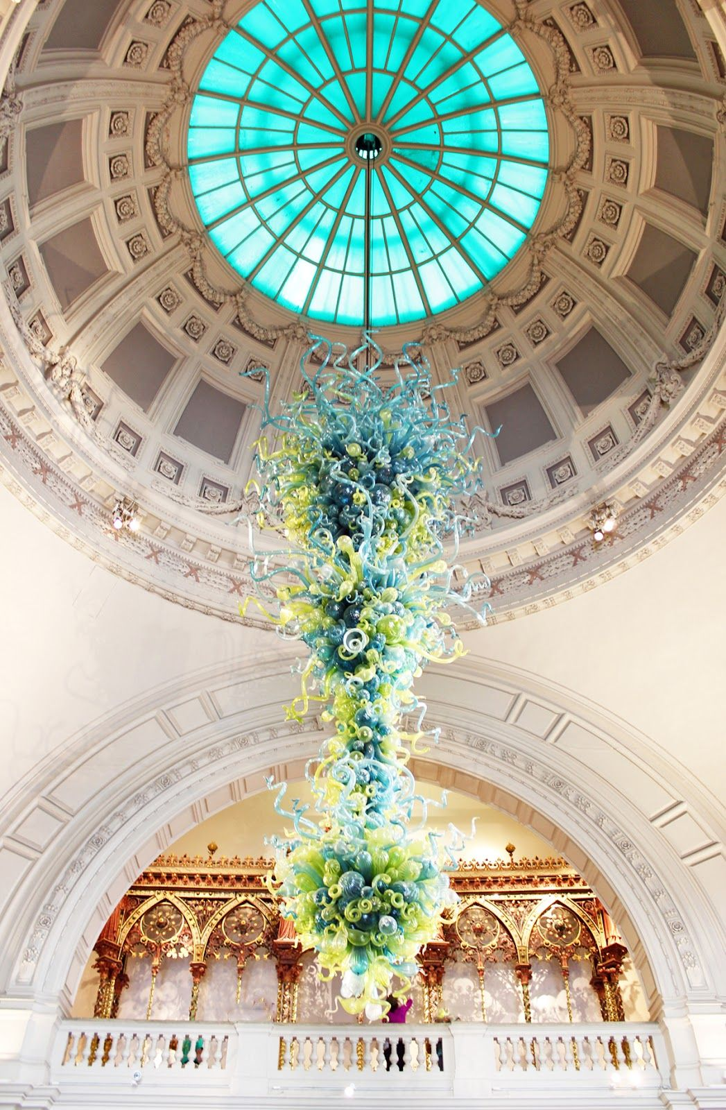 Chihuly victoria albert museum london art am dolce vita t rotunda blown glass chandelier by dale chihuly under the dome of the victoria and albert museums main entrance arubaitofo Choice Image