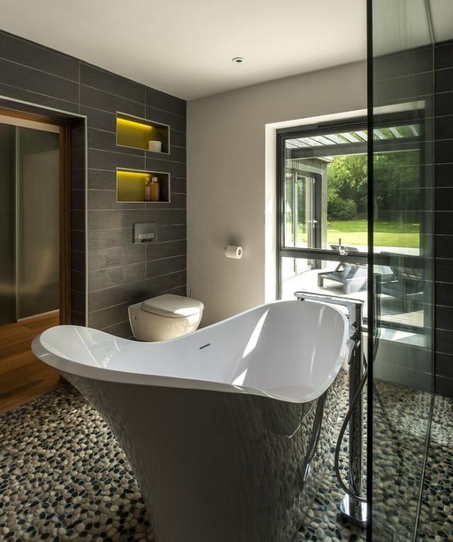 badezimmer gestaltung kies bodenbelag regale wandnischen led leiste ...