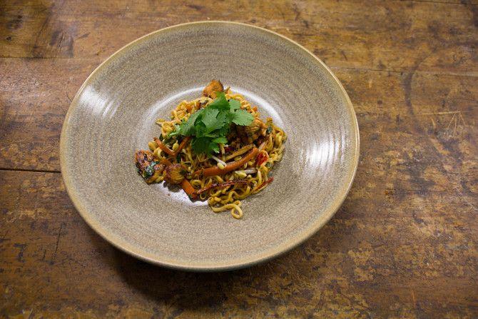Sami Kurosen thaimaalainen kana-nuudeliwokki on megahelppo ja maistuva arkiruoka. Sami valmistaa wokkia Soppakokki Riikan vieraana Soppa365-tv-ohjelmassa.