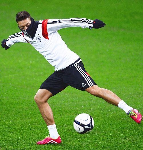 Típico Circunstancias imprevistas Posada  Mesut Özil training in Milan wearing Adidas Predator Lz Samba Pack edition