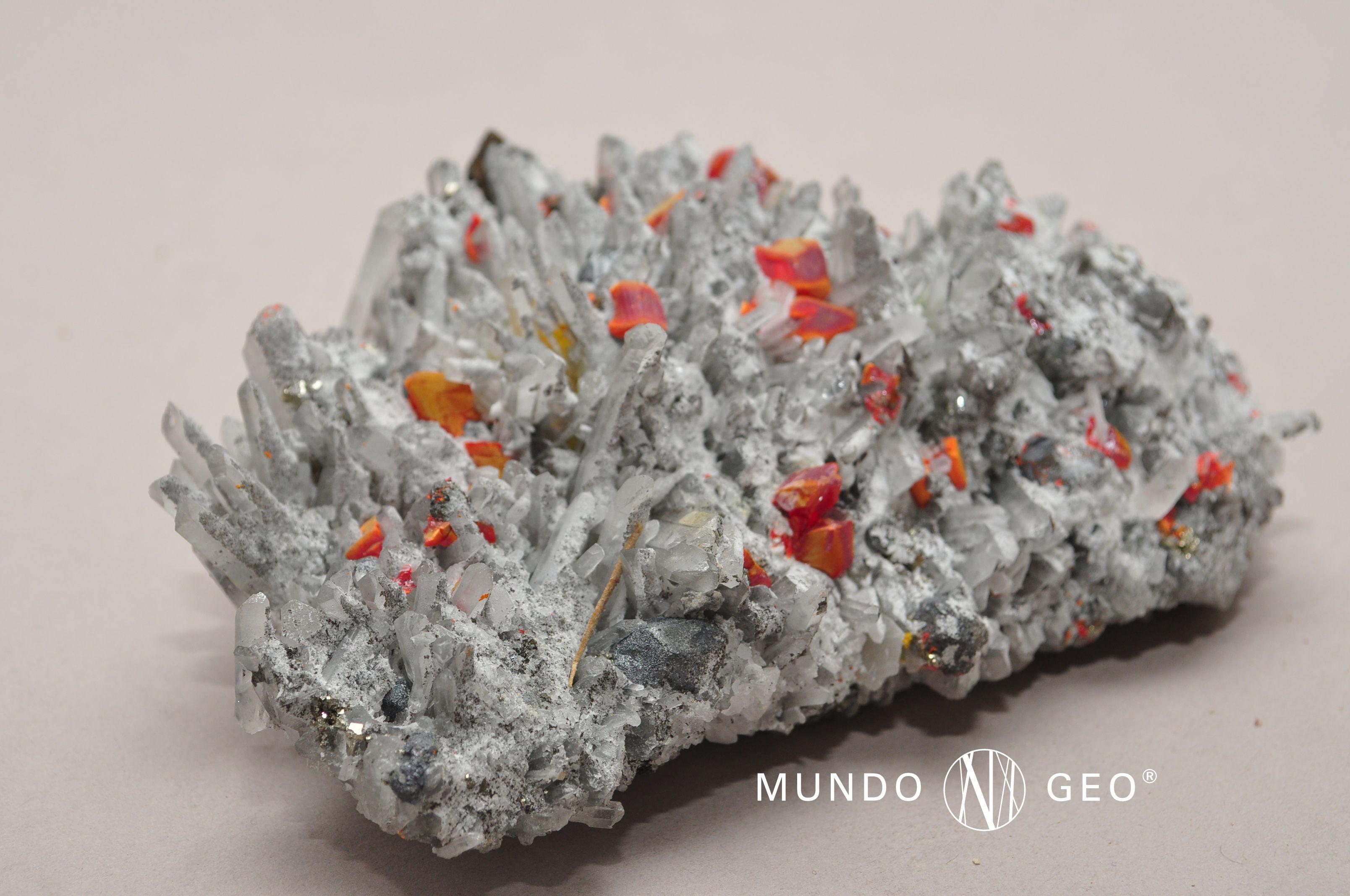 """REJALGAR. El nombre de este mineral deriva del árabe rahj-al-ghar y significa """"polvo de mina"""". Conocido desde la más remota antigüedad por sus múltiples aplicaciones en medicina, el REJALGAR es mencionado como sandaraca o sandracca por Plinio el Viejo en su obra Historia Natural. Siempre con fines medicinales fue muy utilizado durante la Edad Media por los alquimistas, que lo denominaron """"risagallo"""".  Se lo emplea para obtener arsénico metálico o diversos compuestos de este elemento."""