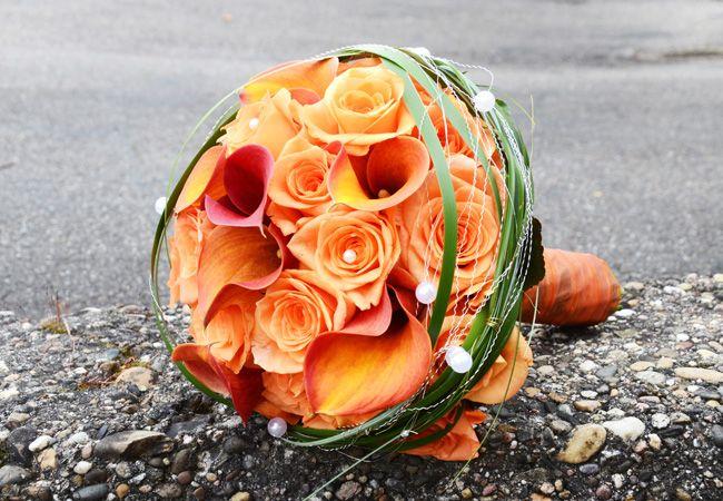 #orange is #beautiful - mit dieser Knallerkombination strahlt die #Braut - #Calla und #Rosen vereint  #bridalbouquet #bride #weddinginspiration