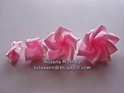 Znalezione Obrazy Dla Zapytania Jak Zrobic Kwiaty Z Zimnej Porcelany Ribbon Embroidery Flower Diy Crafts Fabric Flowers