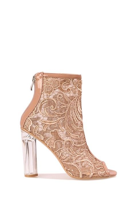 Adoptez ces chaussures luxe ultra glamour et complétez votre dressing de  femme fatale avec ces bottines à talons hauts aussi chics que féminines.