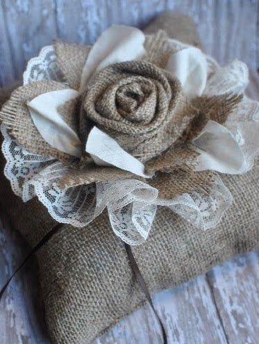 Fleurs en toile de jute  Voir site #fleursentissu