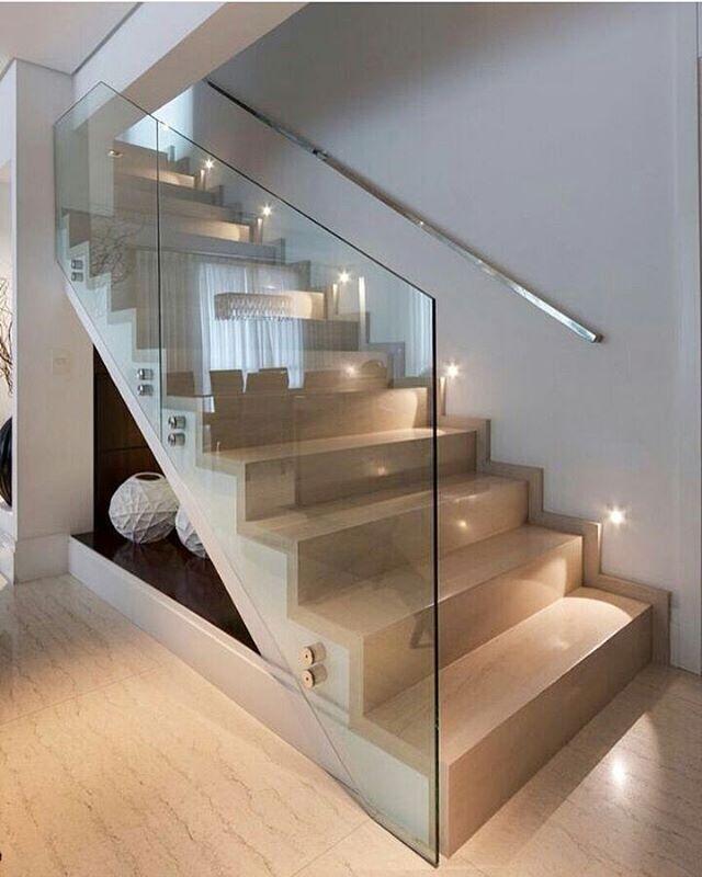 Escada l Destaque para iluminação e vidro no acabamento lateral. Ficou Show! Projeto @patriciapasquinidesigner #cool #escada #bom #interiordesign #interiors #architecture #decorating #arquitetura #instacool #instadesign #arquiteto #now #reforma #construcao #instadaily #decor #blogfabiarquiteta #fabiarquiteta