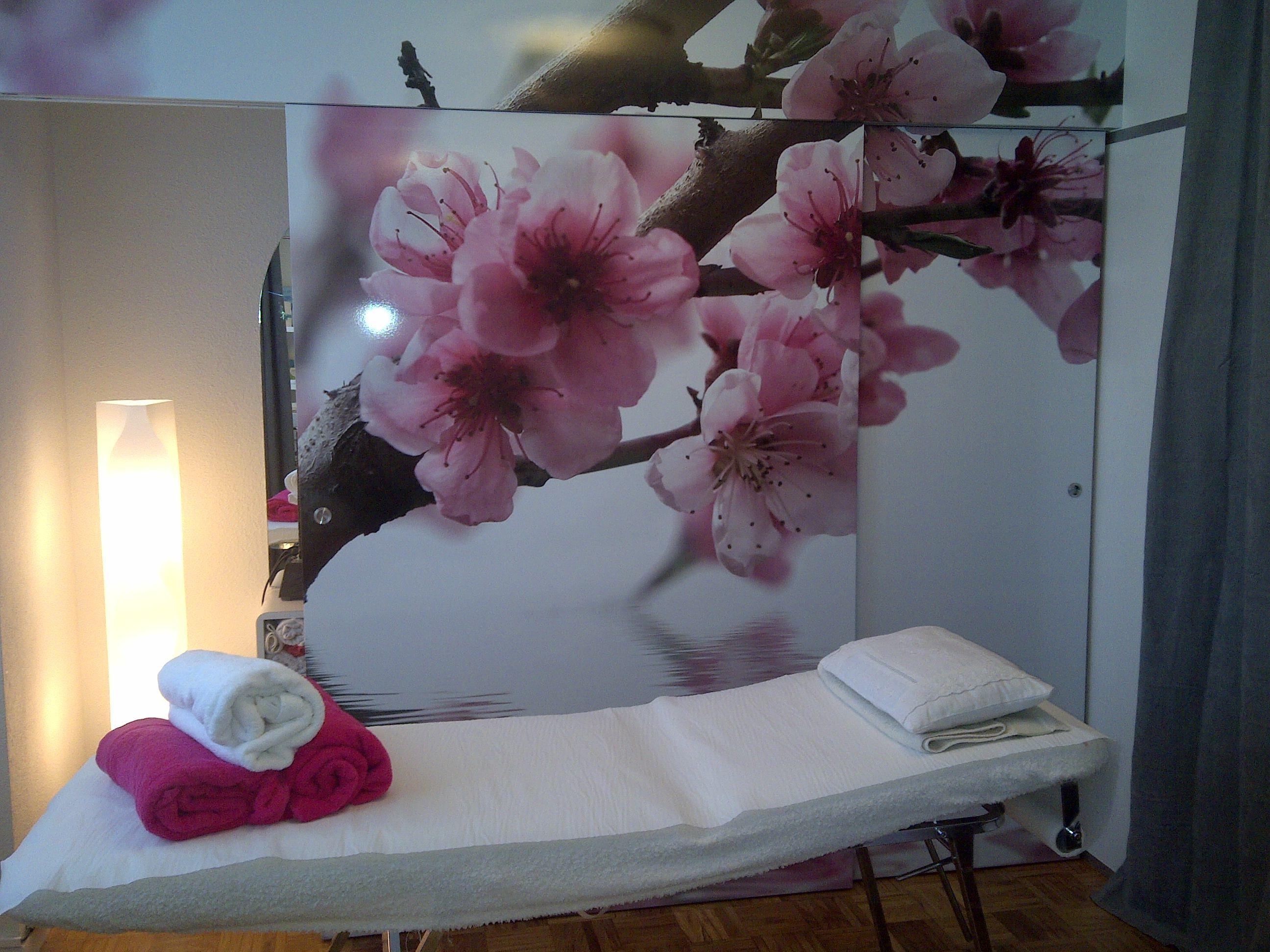 El panel corredero con un vinilo mural oculta el lavabo y for Decoracion centro estetica