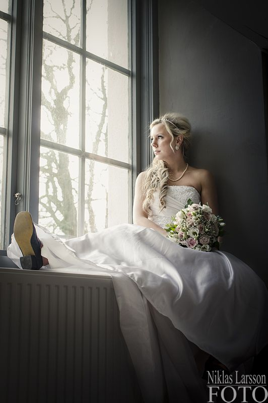 Wedding portrait of the bride in a church window in Fredsberg church outside Töreboda . The window gave a fantastic natural light. ----------------------------------------------------------------- Bröllopsporträtt av bruden i ett kyrkfönster i Fredsbergs kyrka utanför Töreboda. Fönsterljuset gav ett fantastiskt fönsterljus.