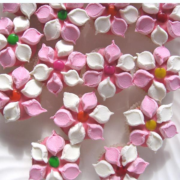 Cupcake Decorating Ideas With Marshmallows : Mini flower cupcakes. Just snip a marshmellow in half and ...
