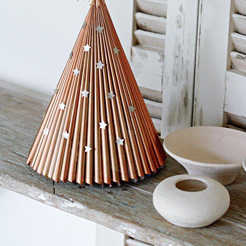 fabriquer un sapin de no l en papier recycl christmas. Black Bedroom Furniture Sets. Home Design Ideas