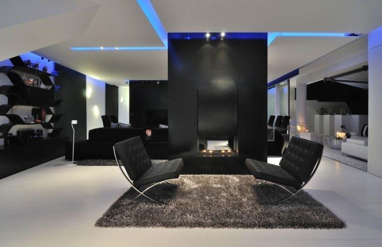 Wohnzimmer in schwarz-weiß mit blauer Deckenbeleuchtung   Klinker ...
