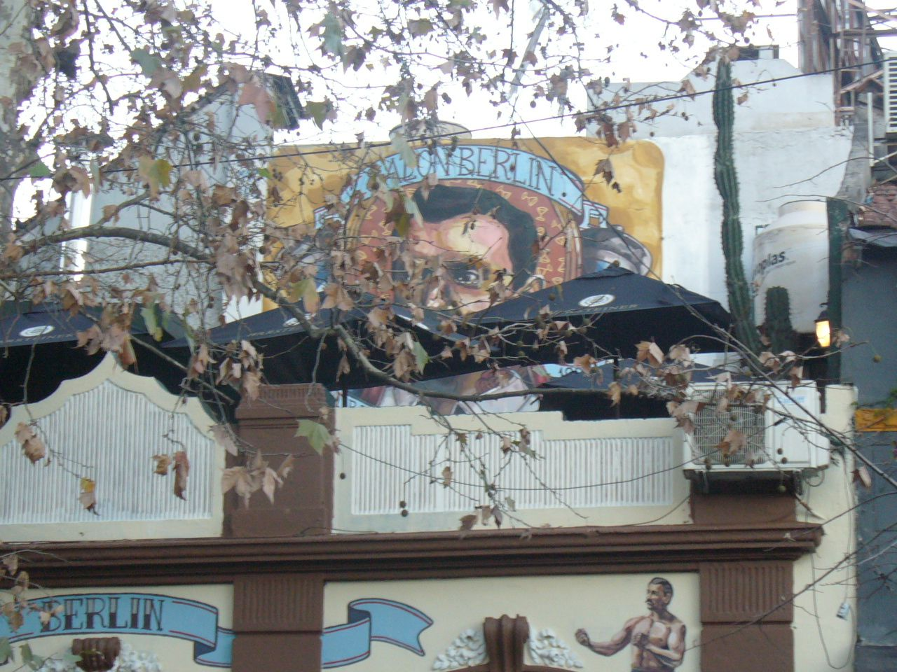 mural y frente de salón berlin (Palermo) bs. as....realizado por elmarian & pablokno