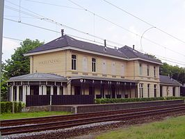 Afbeelding van https://upload.wikimedia.org/wikipedia/commons/thumb/a/a5/Station_Vogelenzang_2.JPG/266px-Station_Vogelenzang_2.JPG.
