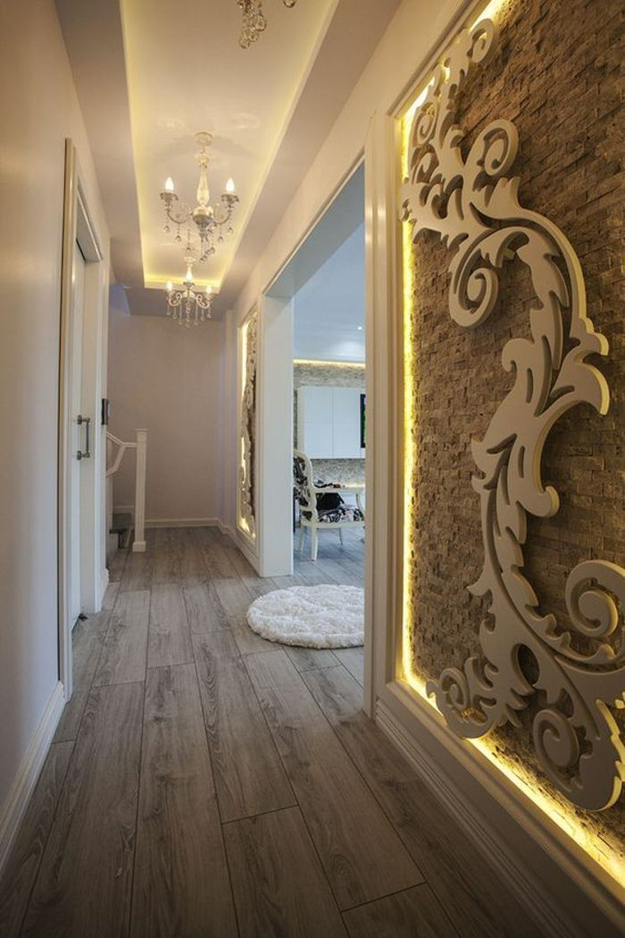 idee deco hall d entree maison avec un mur decore au motif arabesque et discretement illumine