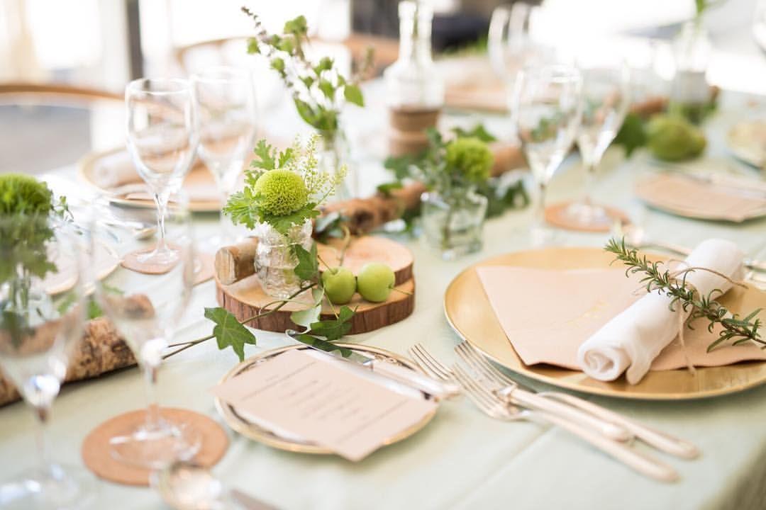 会場内、テーブルコーデ(*^^*) 装花は緑onlyでナチュラルに。ちょっと予算は上がりましたが、切株とかも追加 *…