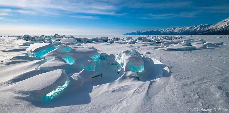 O lago Baikal, na Rússia, contém 20% de toda água doce descongelada do planeta e é o lago mais antigo do mundo, com mais de 25 milhões de anos. Durante o inverno, os cubos de gelo turquesa são formados em cima do lago congelado.