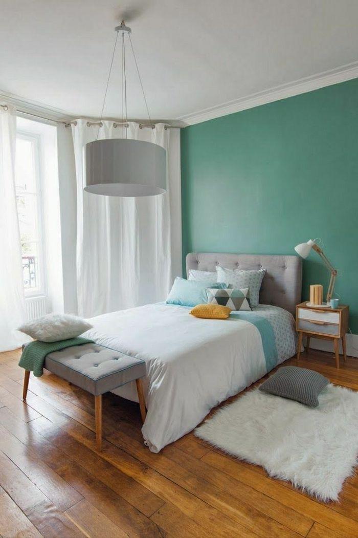 Chambre à Coucher Avec Murs Bleu Pale, Couleur Pastel, Lustre Gris, Plafond  Blanc