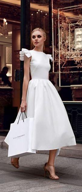 Sonar con mujer con vestido blanco