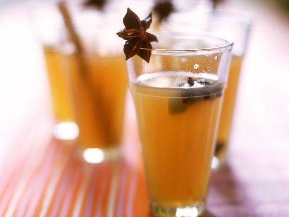 Wenn die Tage wieder kürzer werden, kommt die Zeit der heißen, wärmenden Getränke. Die Apfelpunsch-Rezepte von EAT SMARTER heizen an kalten Tagen richtig ein.