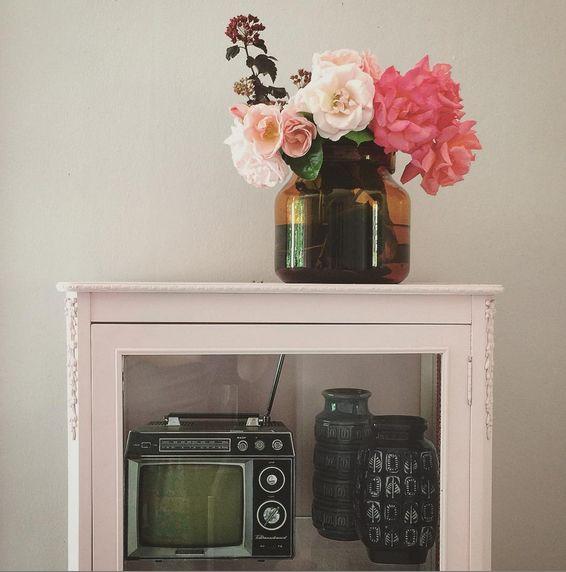 Bloggaren och interiörfotografen Jenny Brandt har målat med Beckers färg hemma. Väggen är målad i kulören Puderrosa 673 och det rosa kulören på skåpet heter Ballerina 675-