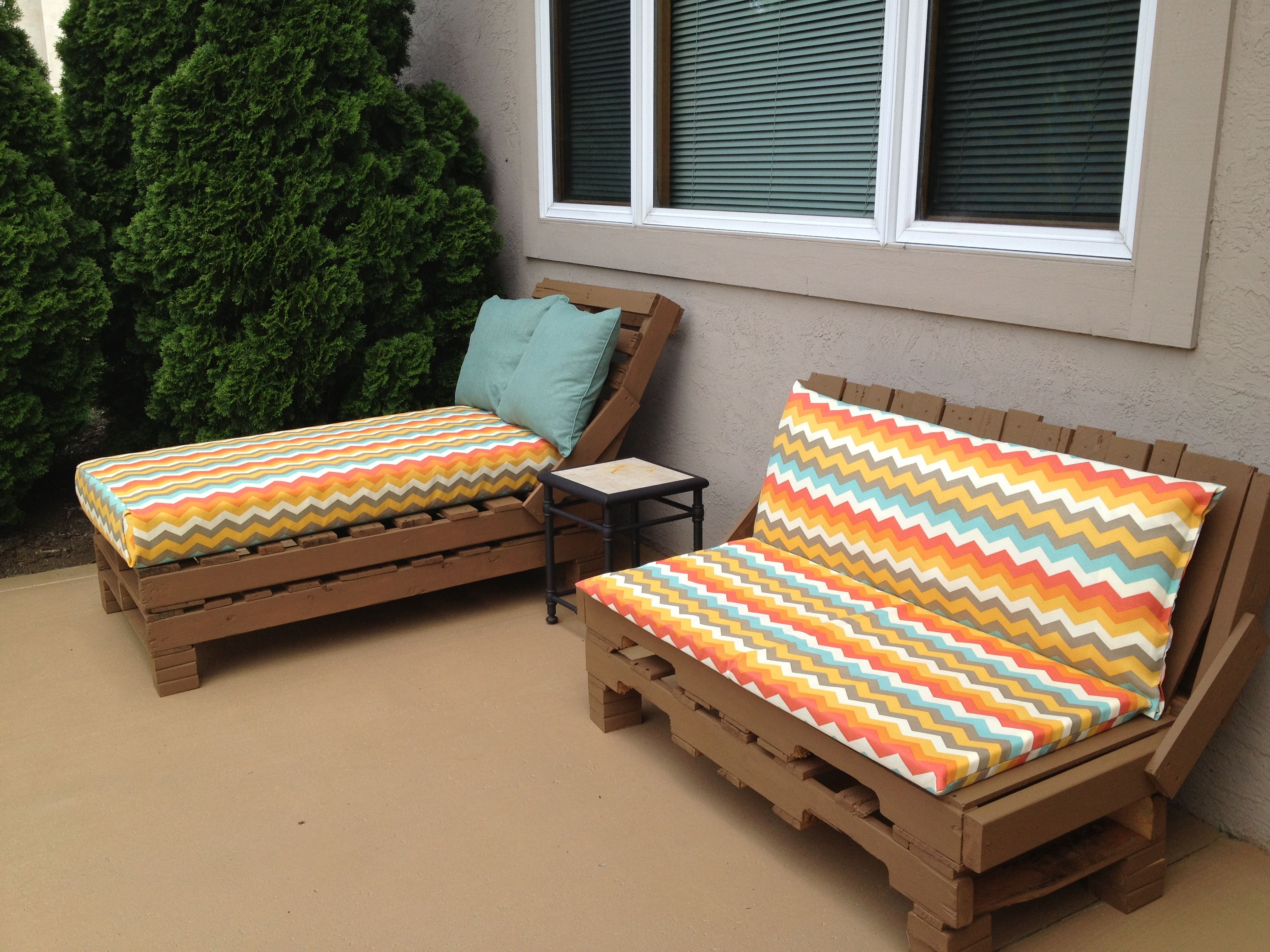 Pallet Patio Furniture So Easy Stack Pallets Nail Together Paint Cover Crib Mattress In