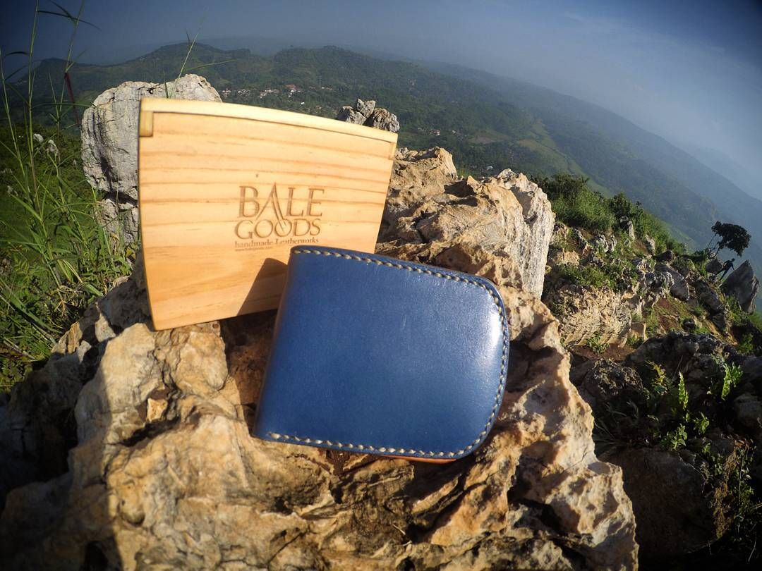 Balegoods Bifold-Short Wallet // BIMATA series // Navy Blue CXL Horween-USA Leather . Navy Blue CXL Horween-USA Leather (Exterior) // Indonesian Natural vegetable tanned Cow Hide Leather (Interior) // Burnished Edge Using Beeswax// Stitching By Hand Using Artificial Sinew// . . #handstitch #Handmade #menstuff #bifold #shortwallet #wallet #Leather #leathercraft #leatherworks #leathergoods #bimata #leatherstuff #vegtan #vegetabletanned #leatherwallet #balegoods #Bandung #bandungjuara…