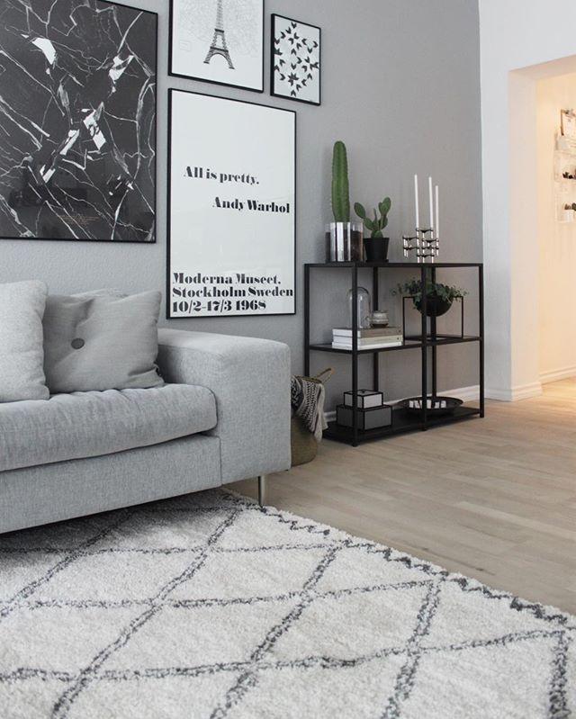 Lige ud Grå væg bag sofa og lille sort konsolbord | Bolig inspiration JM52