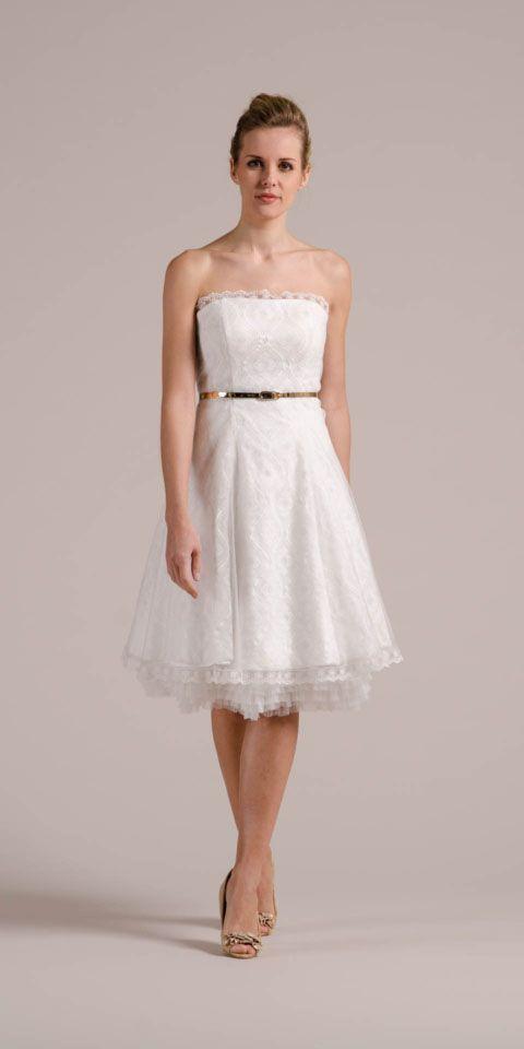 Unser Brautkleid 50er Jahre hat Stil, viele Style-Möglichkeiten und gute Laune im Gepäck! Gleich hier vom coolen Rock und der liebevollen Spitze überzeugen!