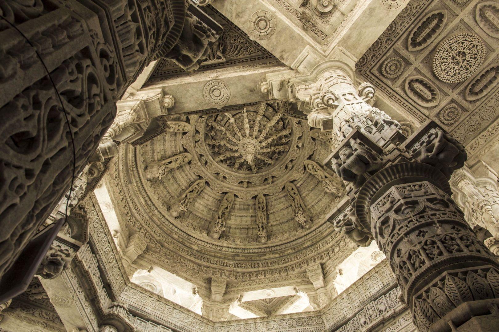 Ranakpur is home to one of the biggest and most important Jain temple of India covering an are of 48000 square feet and has 29 halls 80 domes and supported by 1444 marble pillars each of them intricately and artistically carved.  _________________________  Ranakpur es el hogar de uno de los templos Jainistas más importantes de India que cubre un area de 4500 metros cuadrados tiene 29 estancias 80 cúpulas y 1444 columnas de mármol cada una de ellas talladas artísticamente.  #ranakpur…