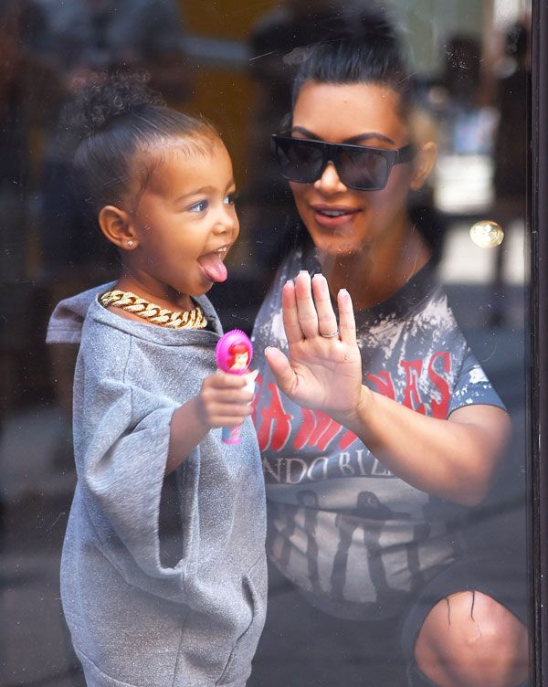 North West usa corrente enorme em passeio com Kim Kardashian