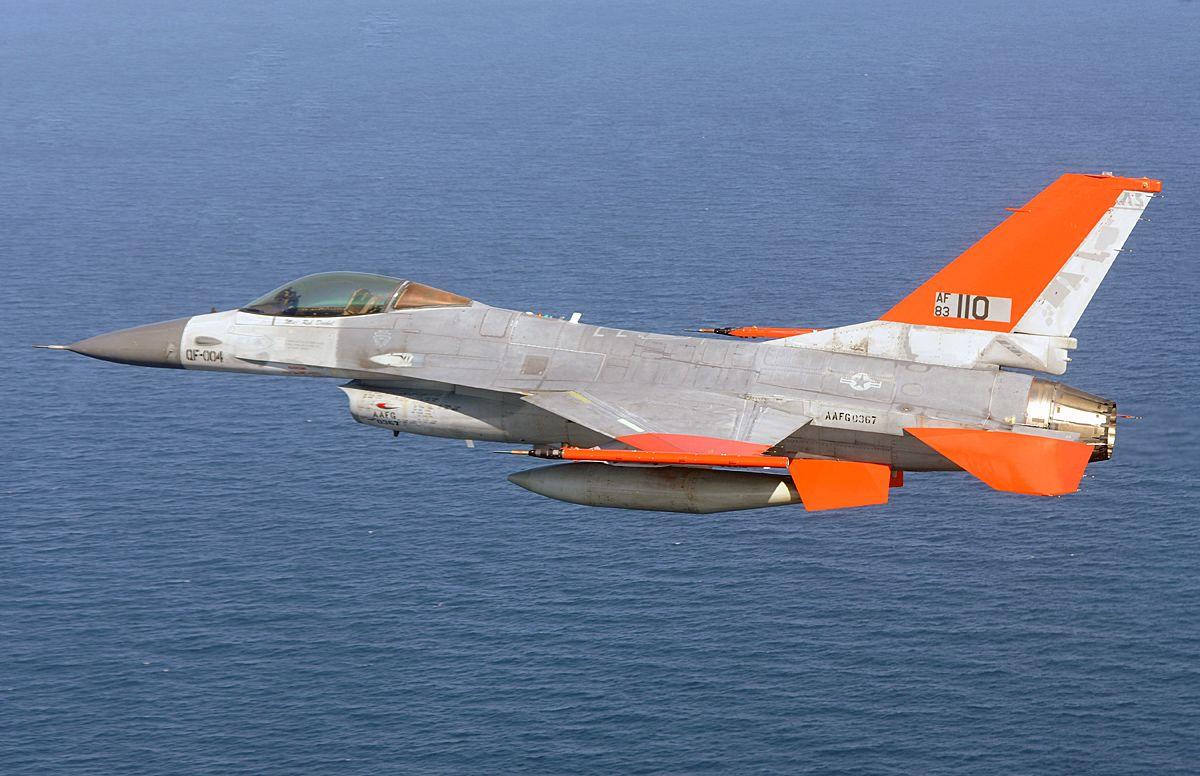 Boeing konvertoi F-16 hävittäjiä miehittämättömiksi QF-16 -koneiksi. Kuva: Boeing.
