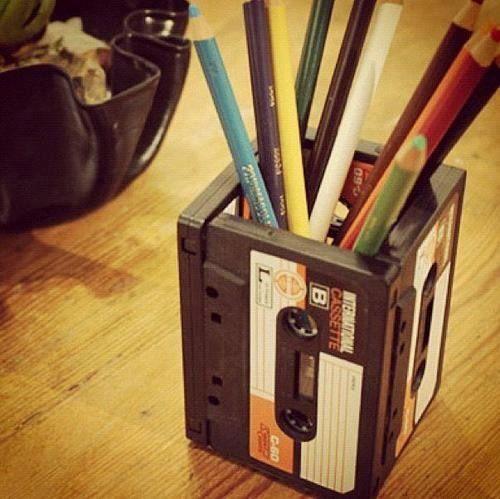 Nos encanta darle nuevos usos a objetos cotidianos, y hemos encontrado esta genial idea de reciclar todas esas cintas de cassette viejas que tenemos por casa ;)