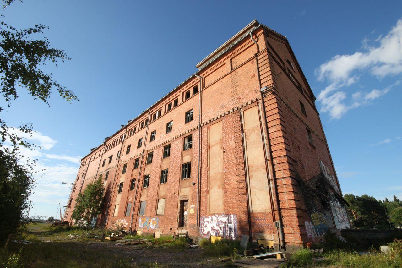 Vaasan punainen mylly. Vaasan omistuksessa mylly oli vuoteen 1984, jolloin se siirtyi Raisiolle. Se lakkautti elintarviketehtaan 1990-luvun alussa laman varjossa. Rakennusta ei ole pidetty kunnossa vuosikymmeniin ja muutamaan otteeseen se on yritetty polttaa. Nyt taloon suunnitellaan 42 asuntoa.