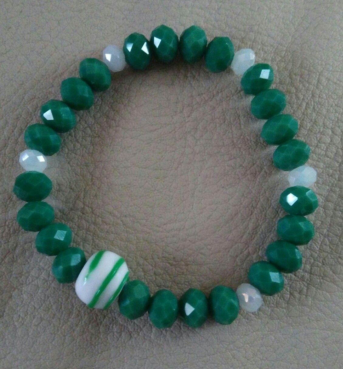 a482890643ff Pulsera en cristal opaco verde con piedra murano blanca con verde ...