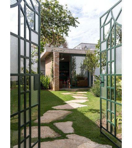 A residência modernista ganhou um novo bloco superior e uma edícula, para se adaptar ao jeito de morar contemporâneo