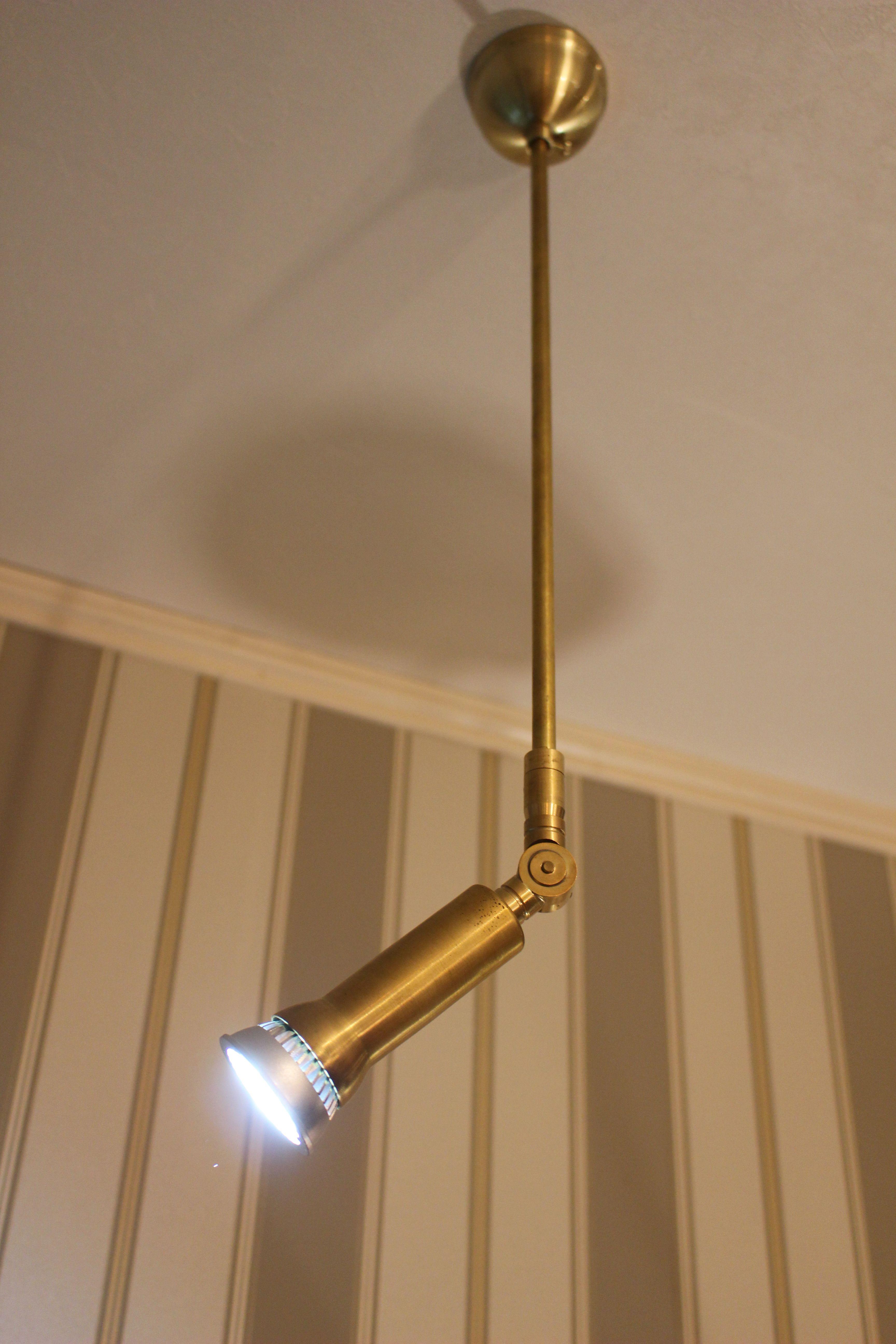 スポットライトがカウンター照明に 真鍮製スポットライト 店舗照明