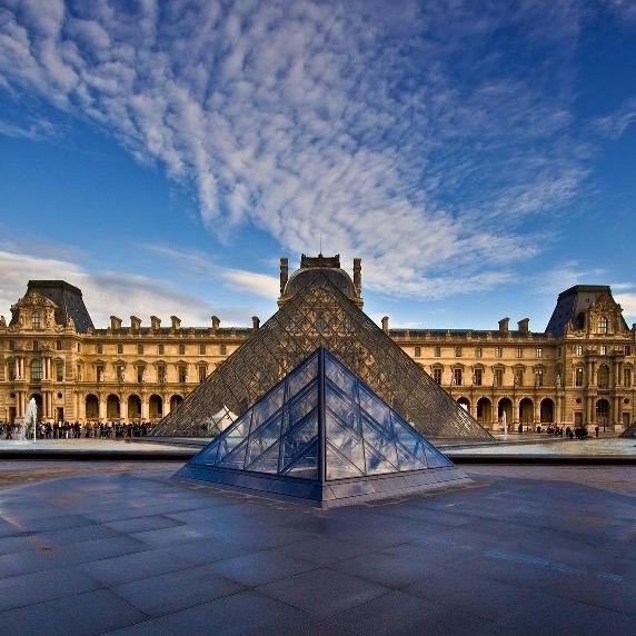 Um dos museus mais famosos do mundo, o Louvre localiza-se no palácio de mesmo nome, no coração de Paris. Rota de todos os turistas, o Louvre fica entre o rio Sena e a Rue de Rival dos Champs-Élysées e é onde está a Mona Lisa. Cartão postal mundial que tem que estar no guia de todos os viajantes!
