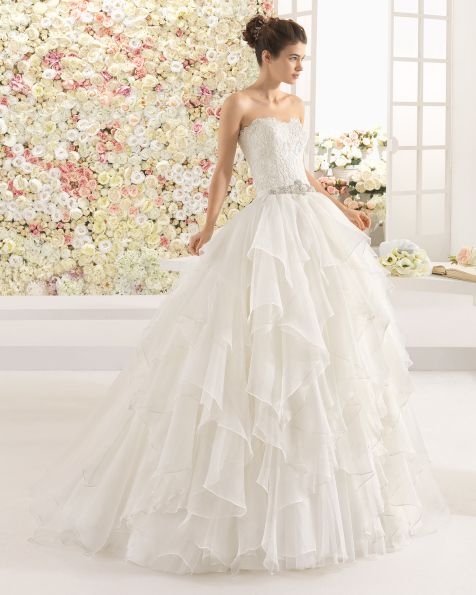 Vestido de organza royal encaje y pedreria, en color marfil. Vestido de organza y encaje pedrería, color natural.