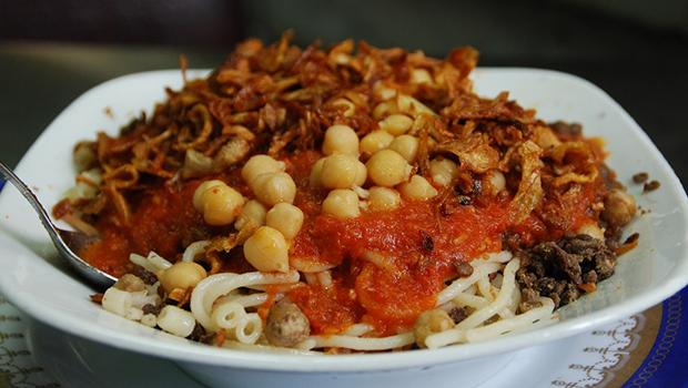 طريقة عمل الكشري المصري بالصلصة والدقة باحتراف Egyptian Food Food Eat