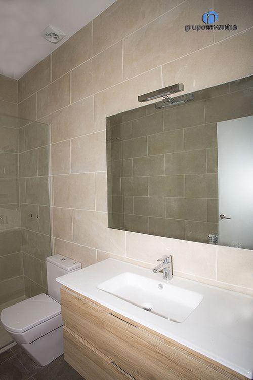El cuarto de ba o se envolvi en tonos beige para crear un for Cuartos de bano beige