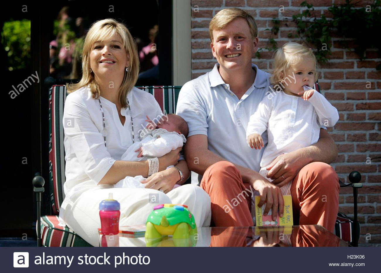princess-maxima-and-prince-willem-alexander-and-their-daughters-pose-H23K06.jpg (1300×930)