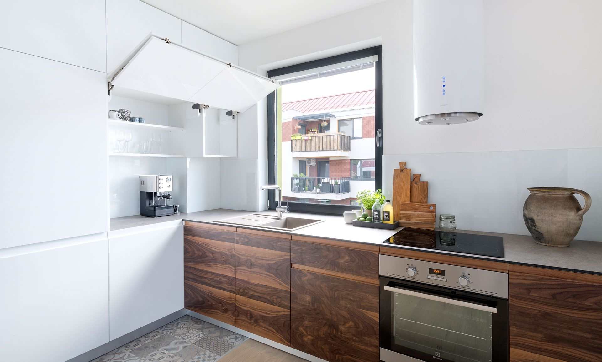 Biela kuchyňa alá škandinávsky dizajn