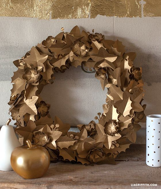 I have seen some gorgeous metal wreaths that have a antique and copper feel on the market right now and thought it would be fun to make one from metallic paper.  #holidaywreaths #holidaywreathdiy