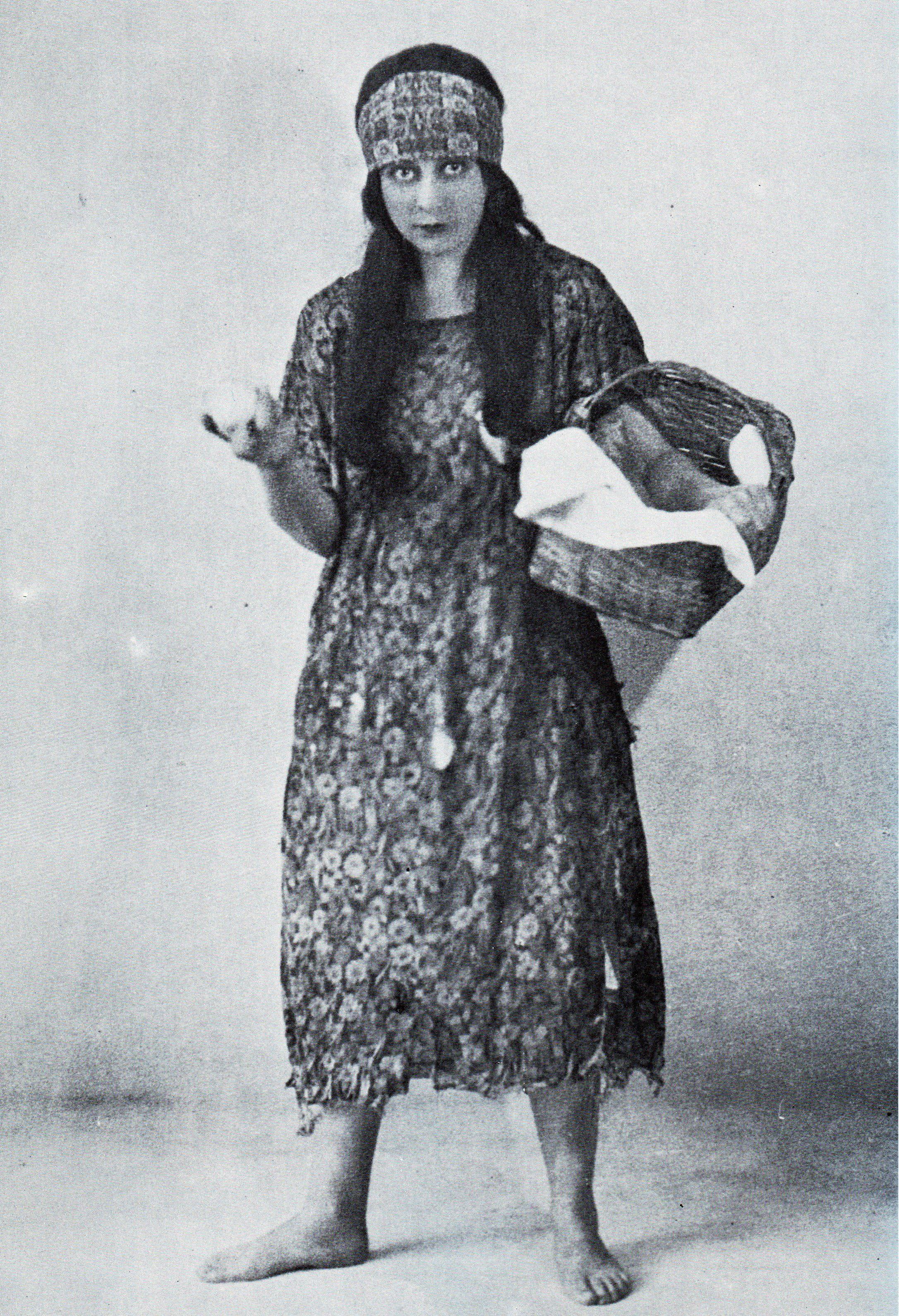 Wena Naudé in Oorskotjie - 1926. Agnes Alwena (Wena) Naudé (* 31 Des 1905, dist. Wakkerstroom – †6 Sept 1978, Pretoria) was een van die pioniers van die Afrikaanse toneelkuns. Sy het op Volksrust en Lydenburg skoolgegaan.