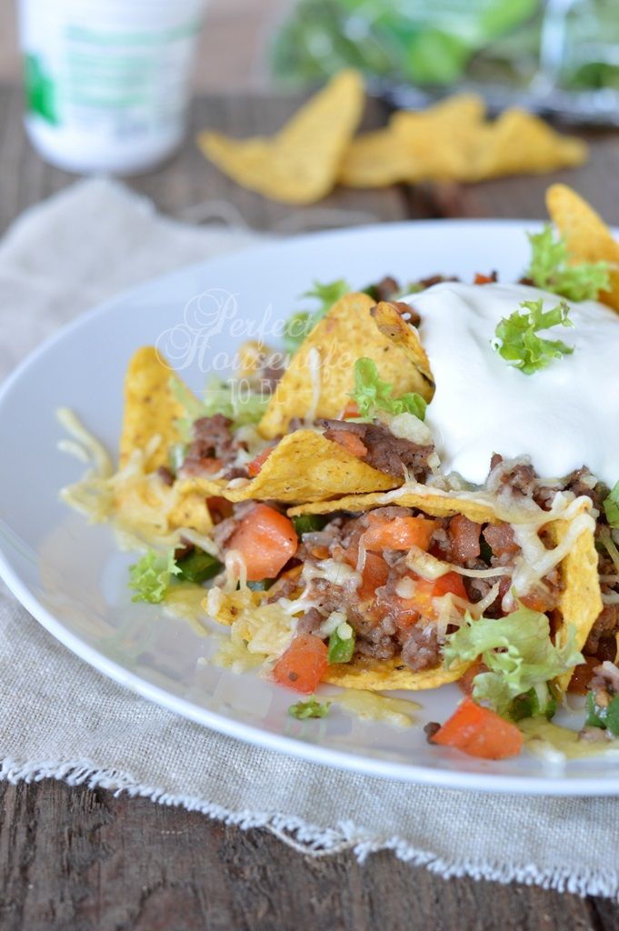 Recept voor lekkere Mexicaanse nacho's uit de oven, met gehakt, verse groentes en kaas. Heerlijk als snack of als avondeten met een groene salade erbij.