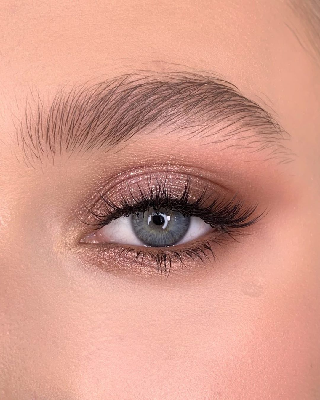 "Photo of Anna Dyuryagina on Instagram: ""Make up made with  @hudabeauty  Rose Gold Remastered  On upper eyelid  pink diamond Corner with demure/henna/coco ___  Макияж выполнен…"""