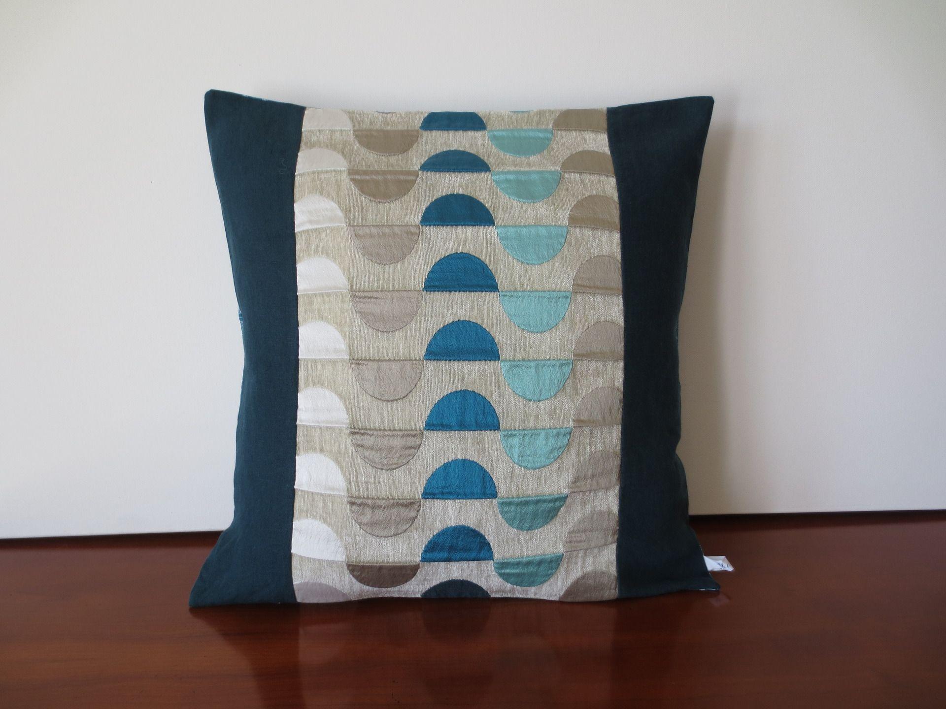 housse coussin en lin et tissu d 39 ameublement bleu canard et gris textiles et tapis par. Black Bedroom Furniture Sets. Home Design Ideas