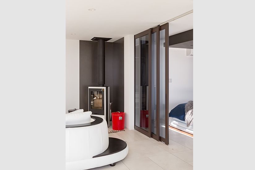 ガラス越しに 季節のパノラマと暮らす 室内ドア ドア フローリング