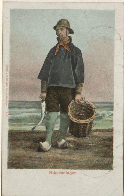 Scheveningse vissersman met mand op het strand, vermoedelijk een geschilderde achtergrond. ca 1900 JH Schaefer, Amsterdam, nr. a 53 #ZuidHolland #Scheveningen