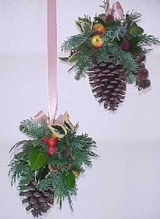 Afbeeldingsresultaat voor kerstukje maken van hangende dennenappel